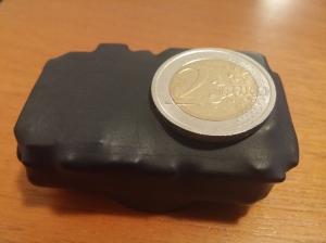 fotografia di un loclaizzatore gps di ultima generazione con ricarica a induzione e impermeabilizzato batteria 2000mh per 15 giorni di utilizzo
