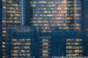investigatori negli uffici di un palazzo